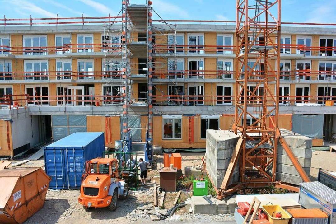 An der August-Bauer-Straße wird eifrig...des Jahres werden 36 Wohnungen fertig.  | Foto: Hannes Lauber