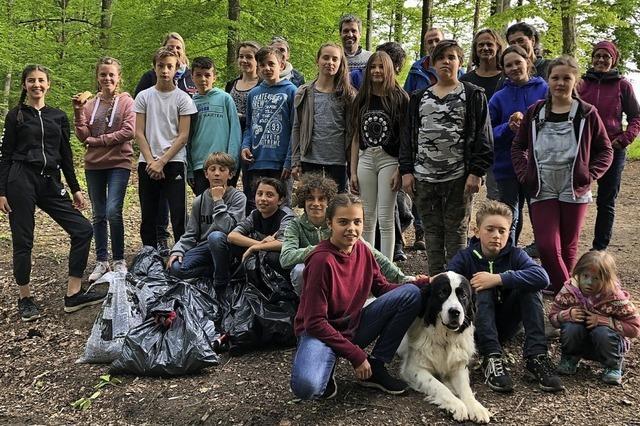 Sechstklässler machen Wald und Stadt sauber