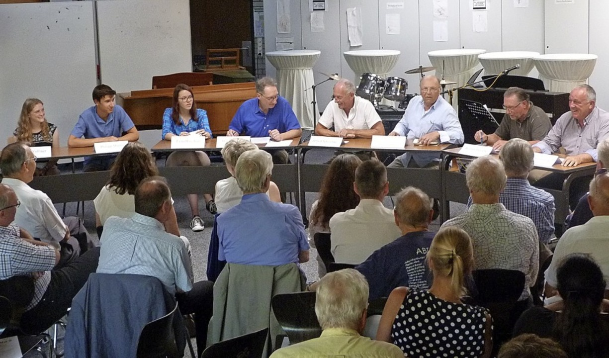 Ehemalige und künftige Abiturienten de...r  Bernhard Thill (Vierter von links).    Foto: Christine Weirich