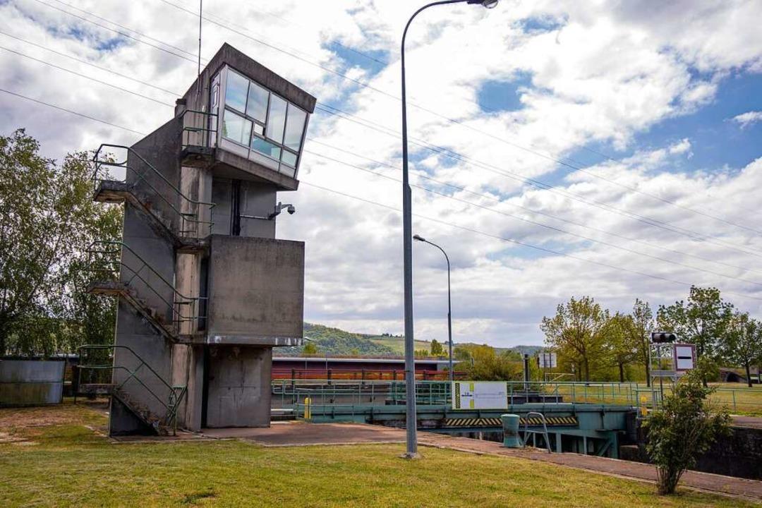 Der Turm der Le-Corbusier-Schleuse (Éc...die vollverglaste Aussichtsplattform.   | Foto: Joss Andres