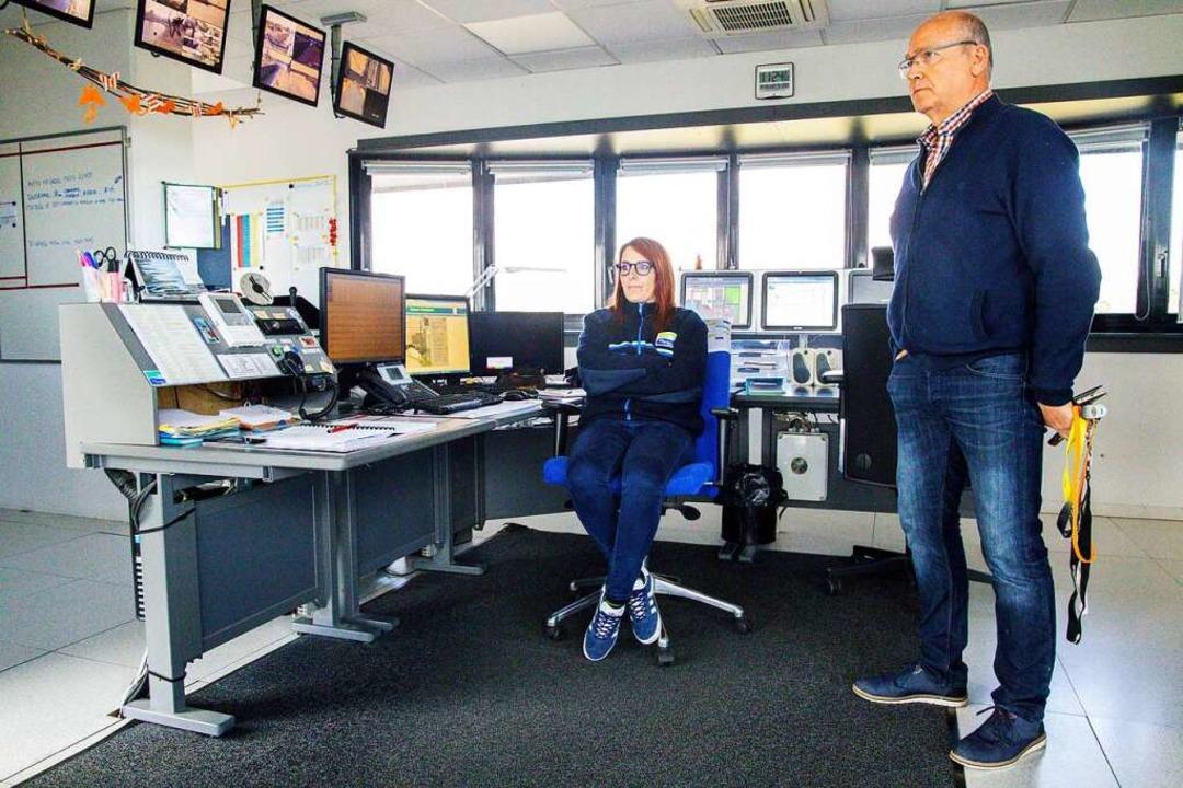 Schleusenwärter im Schleusenzentrum: R...ie den Schiffsverkehr im Blick haben.   | Foto: Joss Andres