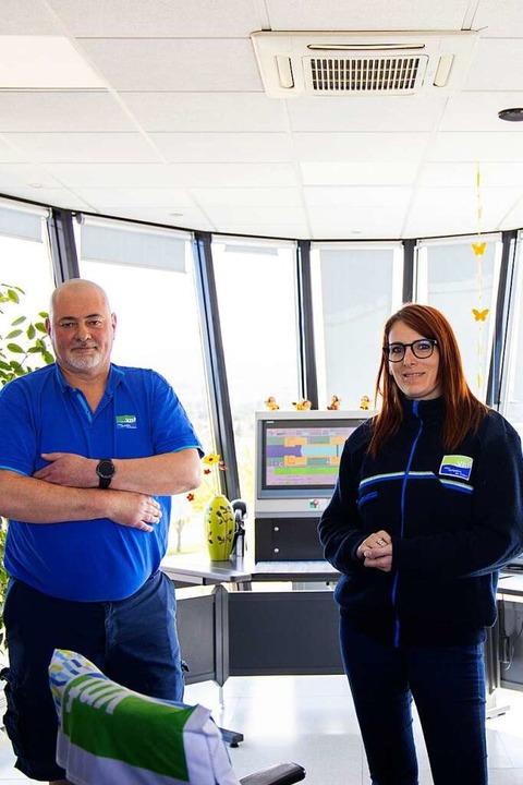 Schleusenwärter Alexandre Viel und eine Kollegin im Turm der neuen Schleuse.   | Foto: Joss Andres