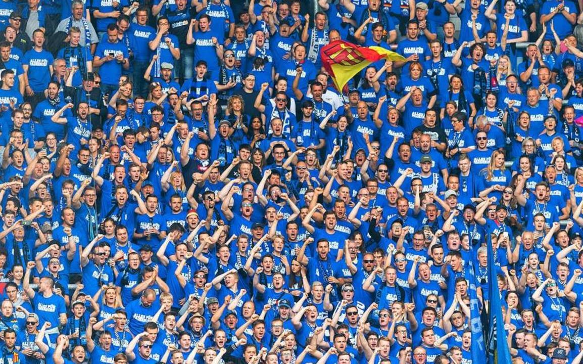 Mit denen nicht: Paderborner Fans mach...kurrenten aus Leipzig mächtig mobil.    | Foto: Robert Michael (dpa)