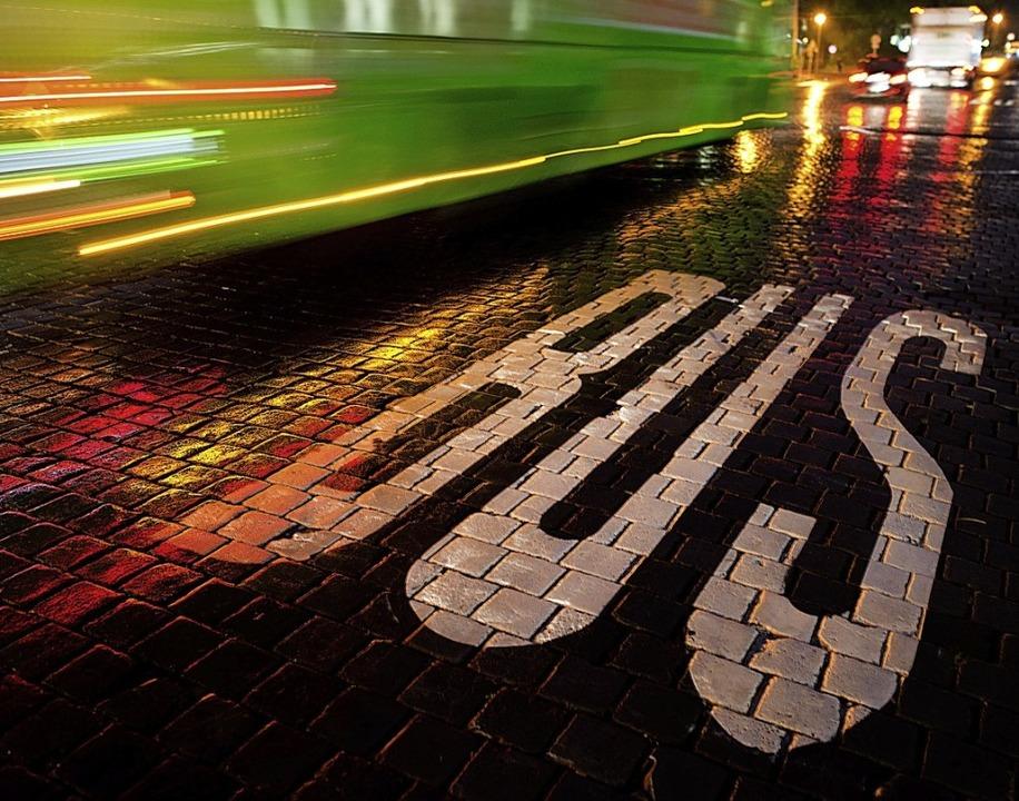 Bushaltestellen können zu Gefahrenstel...ist daher die Umsicht der Autofahrer.     Foto: Arno Burgi