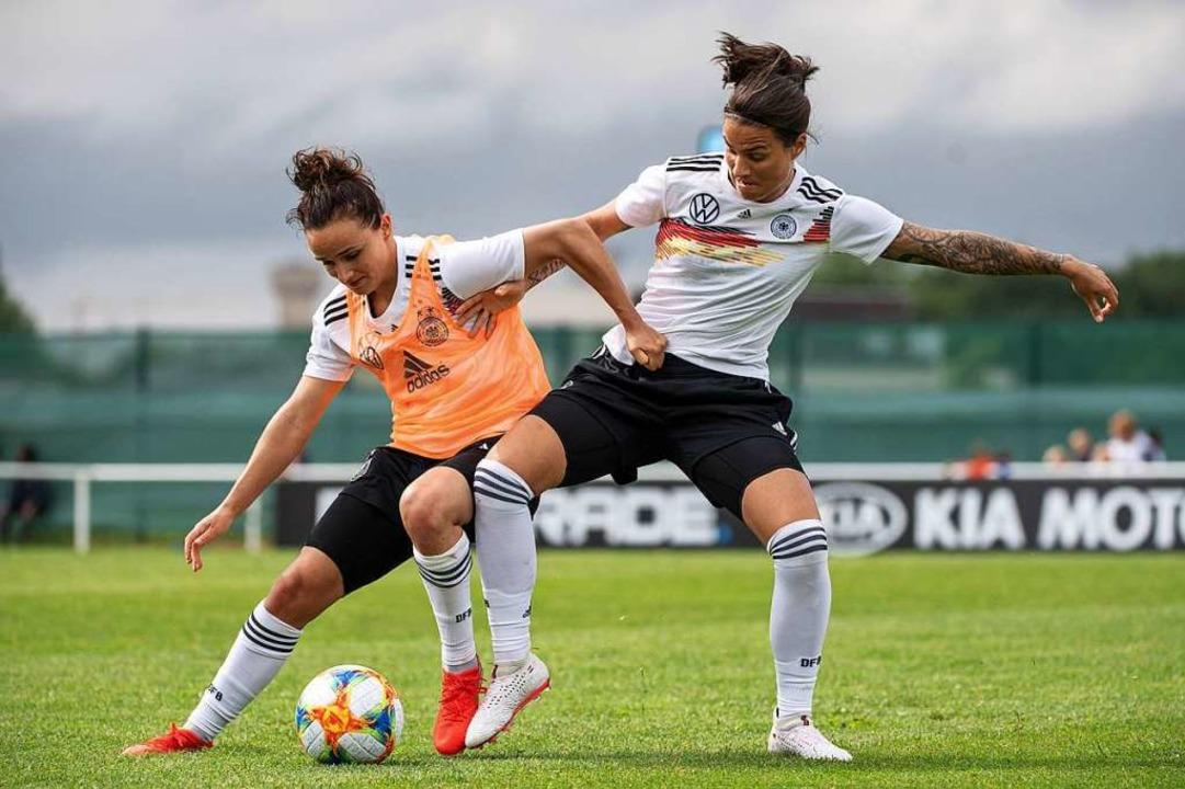 Lina Magull (links) und Dzsenifer Maro...Juni 2019 gegen China in Rennes statt.  | Foto: Sebastian Gollnow (dpa)