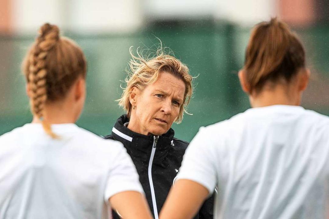 Martina Voss-Tecklenburg, Trainerin de...annschaft der Frauen mit Spielerinnen.  | Foto: Sebastian Gollnow (dpa)