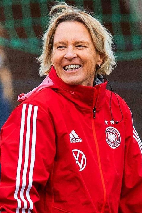 Fröhlich angespannt: Martina Voss-Teck... Fußball-Nationalmannschaft der Frauen  | Foto: Guido Kirchner