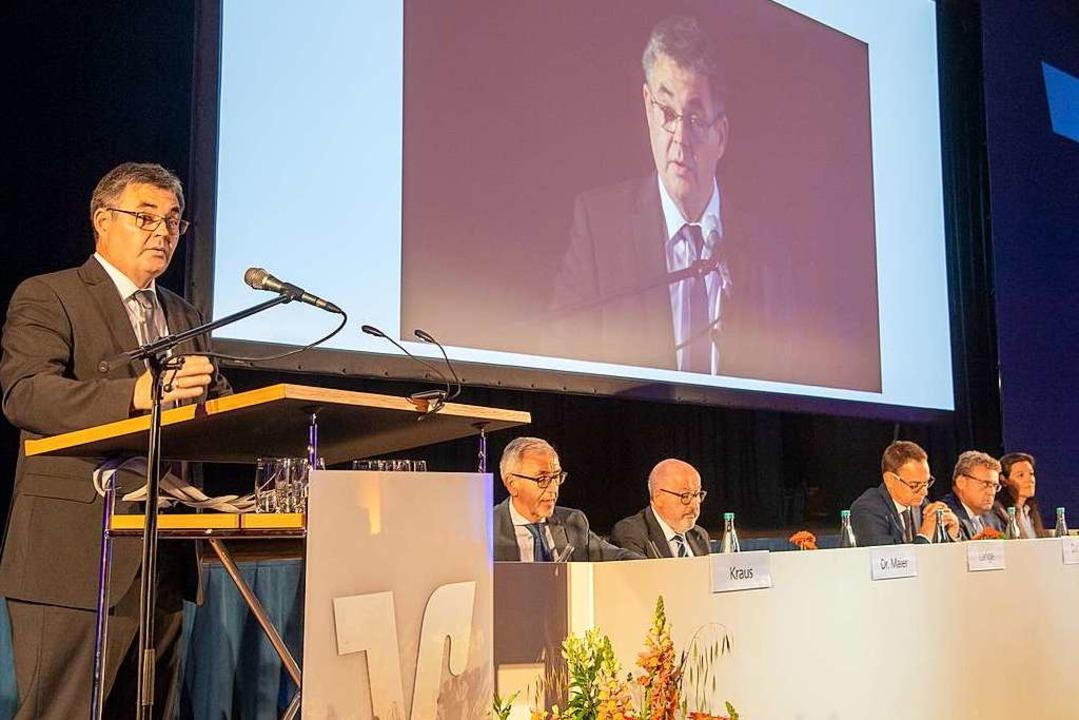 Vorstandsvorsitzender Norbert Lange be...n Stand der Volksbank nach der Fusion.  | Foto: Volker Münch