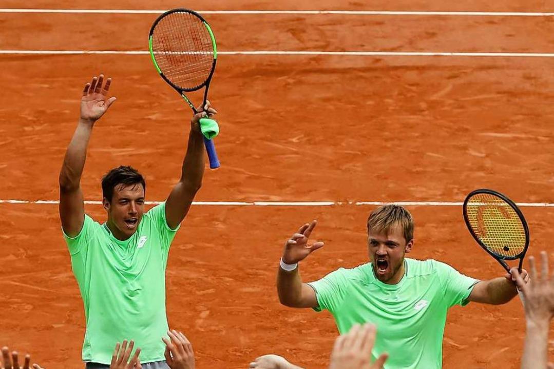 Andreas Mies (links) und Kevin Krawietz nach ihrem Sieg im Halbfinale  | Foto: Frank Molter (dpa)