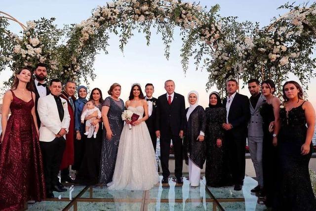 Fußball-Star Mesut Özil heiratet im Beisein von Präsident Erdogan frühere Miss Türkei
