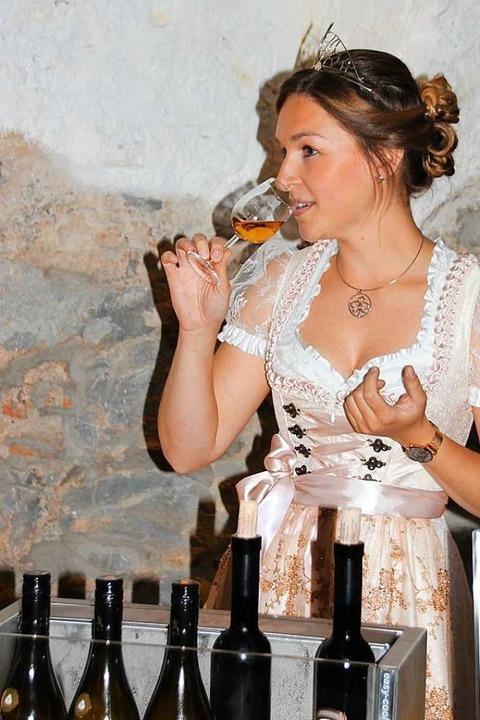 Zur Eröffnung kostete   Weinprinzessin Katrin Schmidt einige der raren Tropfen.    Foto: Mario Schöneberg