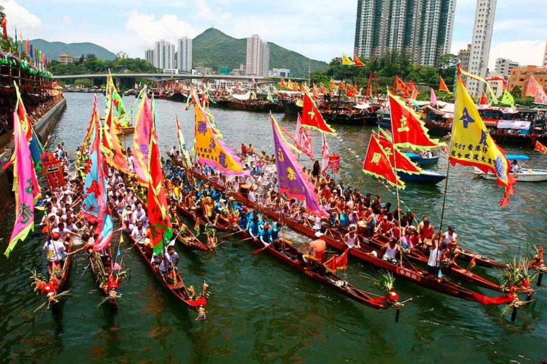 Farbenfroh und dennoch eine ernste Sac...Drachenbootrennen gilt als große Ehre.  | Foto: Hong Kong Tourism Board