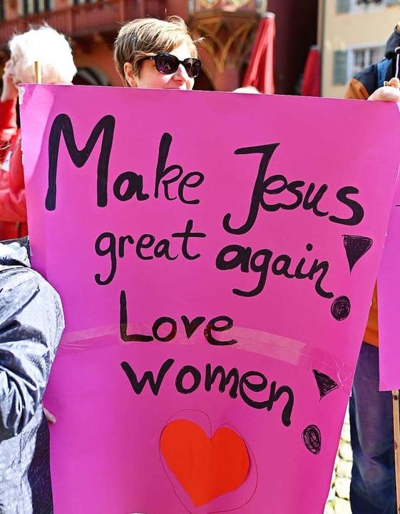 Rund 400 Frauen haben bei  Protesten i...eschlechtergerechtigkeit aufgefordert.  | Foto: Patrick Seeger (dpa)