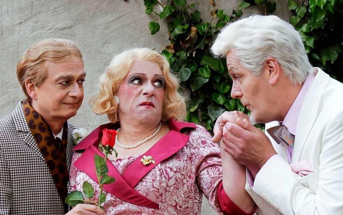 Umworben wird  Charleys Tante (Harald ... von Stolzenfels (Frank Ganz, rechts).  | Foto: Festspiele Breisach/Elke Bürgin