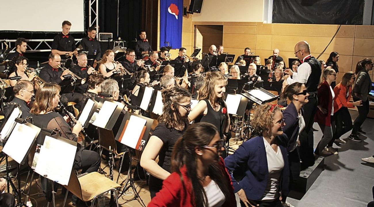 Das Orchester spielte beim Bollyhood-K...Tänzerinnen im Vordergrund aufpeppten.  | Foto: Karin Heiß