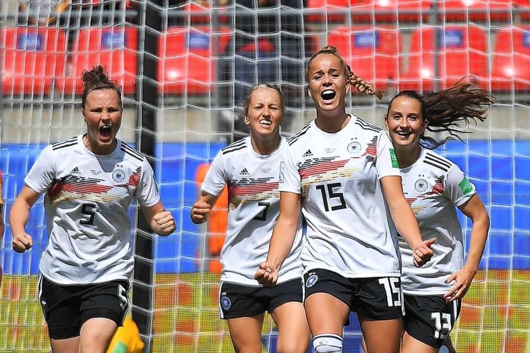 Vierfach-Freude nach dem einzigen Treffer durch Giulia Gwinn (Zweite von rechts)  | Foto: LOIC VENANCE (AFP)