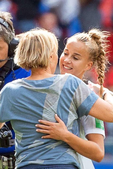 Bundestrainerin Martina Voss-Tecklenburg umarmt Giulia Gwinn  | Foto: Sebastian Gollnow (dpa)