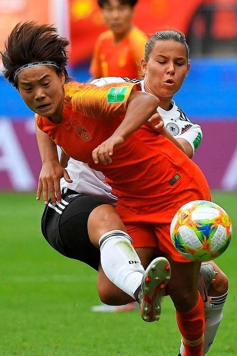 Spielte frech auf gegen China: die ers...jährige  Lena Oberdorf (weißes Trikot)  | Foto: LOIC VENANCE (AFP)