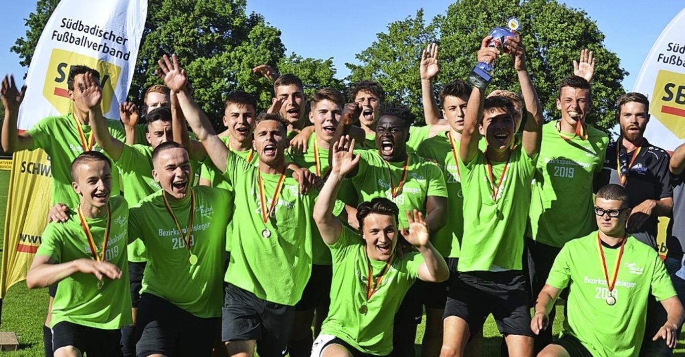 Die SG Hölzlebruck bejubelt ihren Pokalsieg bei den A-Junioren.