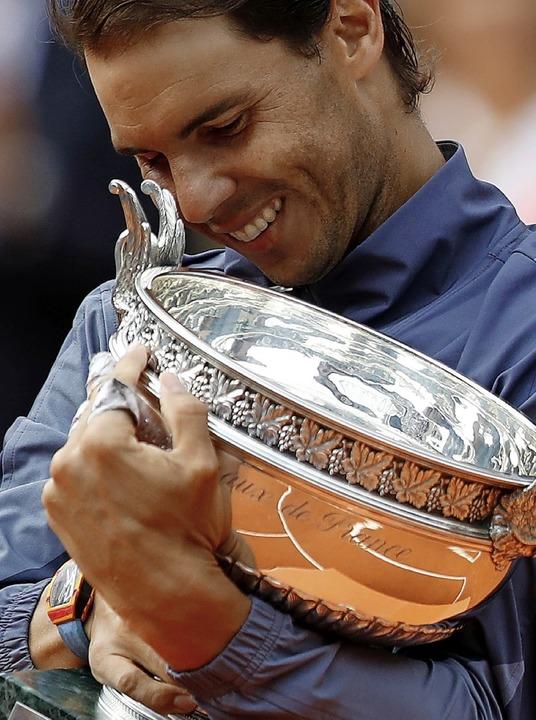 Der liebgewonnene Pokal: Rafael Nadal.  | Foto: Pavel Golovkin (dpa)