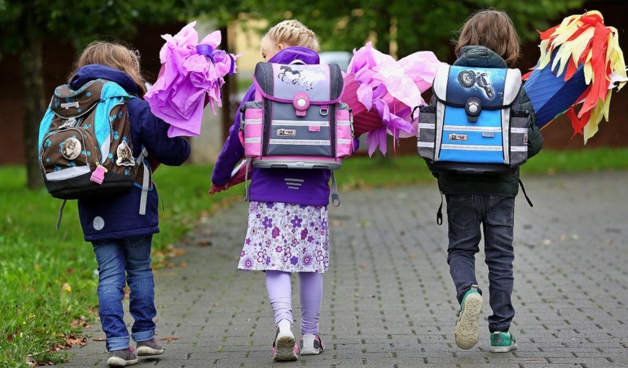 Mit knapp sechs noch zu jung für den U...t? Erstklässler auf dem Weg zur Schule  | Foto: Thomas Warnack (dpa)