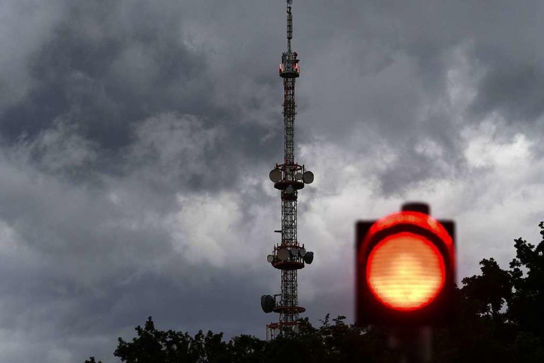 Dunkle Wolken ziehen am Sendeturm des Bayerischen Rundfunks vorbei.  | Foto: Felix Hörhager (dpa)