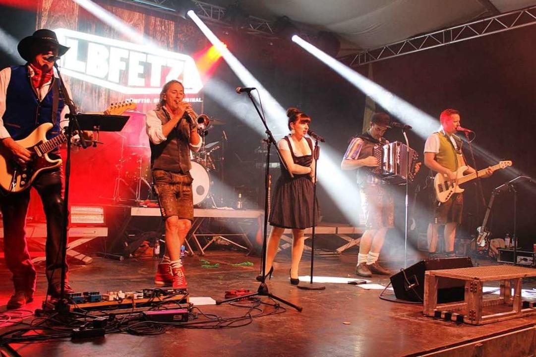 Bands wie die Albfetza heizten mit ihren Party-Hits kräftig ein.  | Foto: Erich Krieger