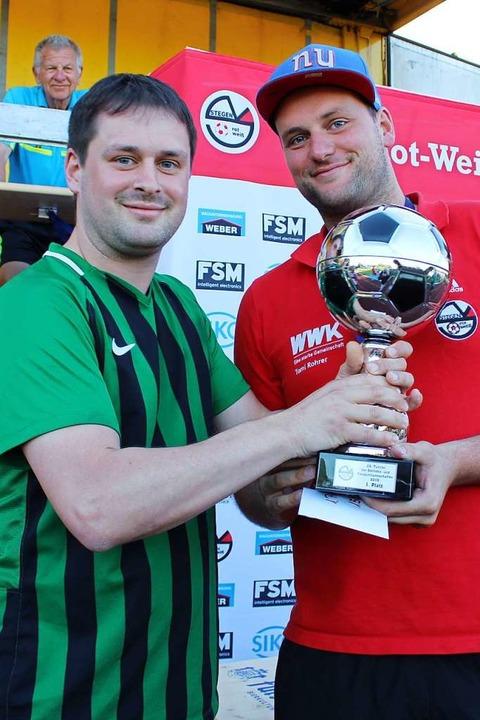 Der Pokal für den Sieg im Turnier der ...UK1-Traditionsmannschaft aus Freiburg.  | Foto: Erich Krieger