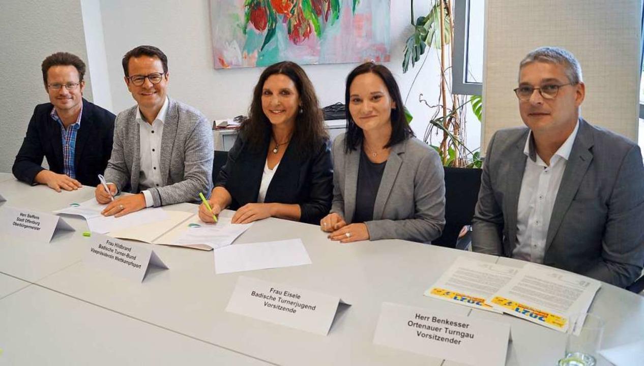Der Vertrag ist bereits unterzeichnet ... Markus Benkesser (Ortenauer Turngau).  | Foto: Christine Storck-Haupt