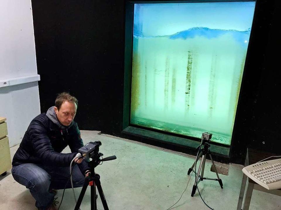 Biologe Frederic Schaeffer kontrollier...elche die Wassertiere erfasst.            Foto: dvn