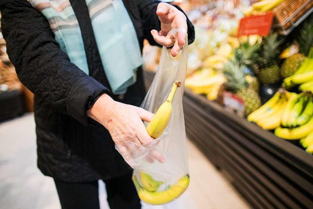 Bisher bieten die großen Lebensmittelh...lungen in der Regel noch kostenlos an.  | Foto: Marcel Kusch (dpa)