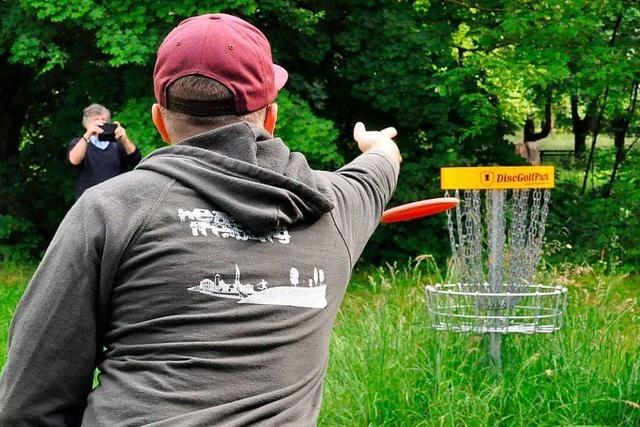 Im Bad Krozinger Kurpark kann man jetzt Disc-Golf spielen