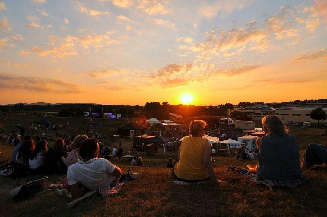 Die Sonne geht unter über der Bühne: D...Jahr beim Emmendinger Tafelberg-Event.  | Foto: Benedikt Sommer