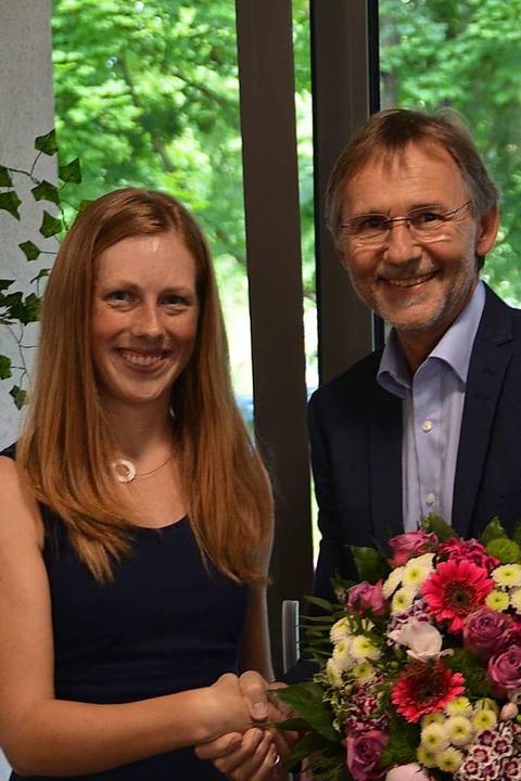 Ewald Dengler von der Evangelischen St...erin Yvonne Mutter einen Blumenstrauß.  | Foto: Hans-Jochen Voigt