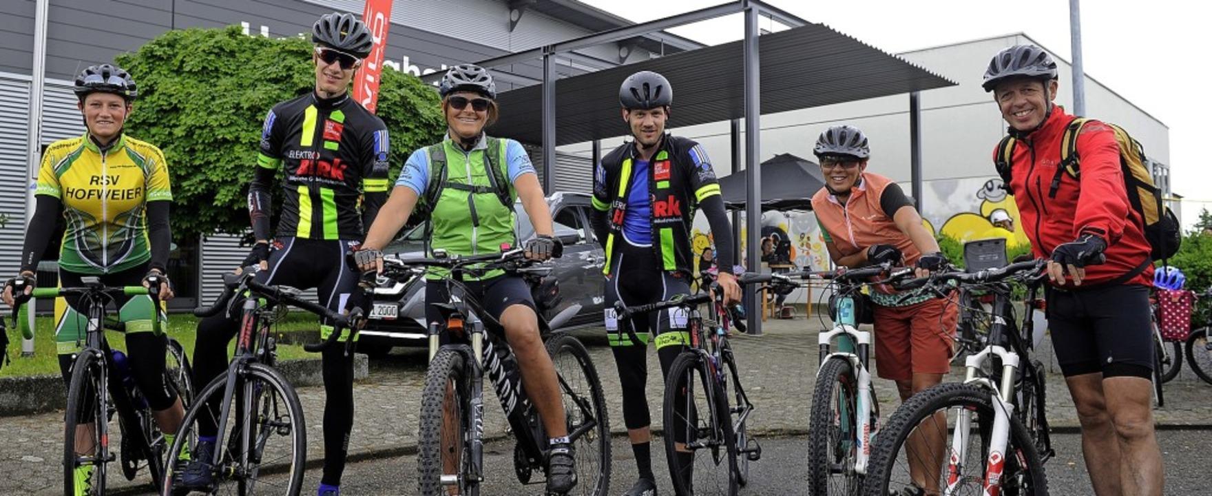 Diese Radgruppe ließ sich vom Wetterbe...ten – zu Recht, wie sich zeigte.  | Foto: Bettina Schaller