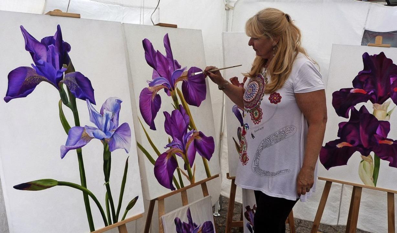 Die Breisacher Künstlerin Marita Brett... bevorzugt Ölgemälde mit Irismotiven.   | Foto: Christine Weirich