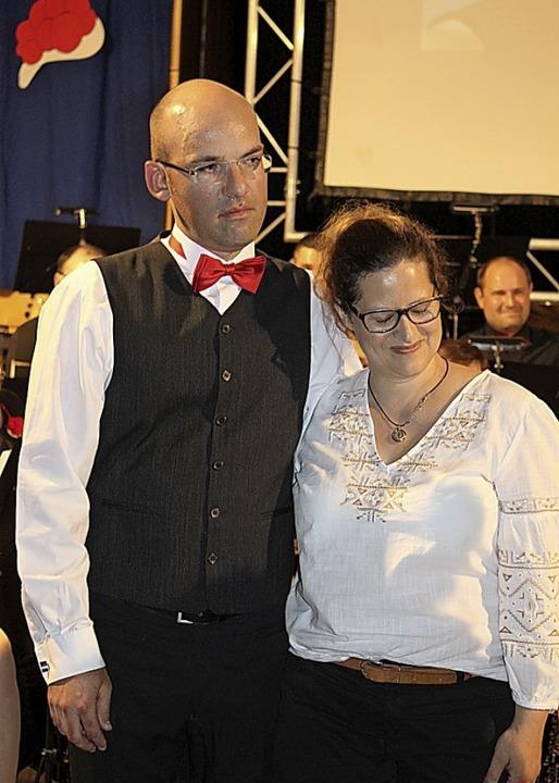 Dirigent Frank Kiener mit Ehefrau Kers...tets zur Seite steht, bei der Ehrung.   | Foto: Karin Heiß
