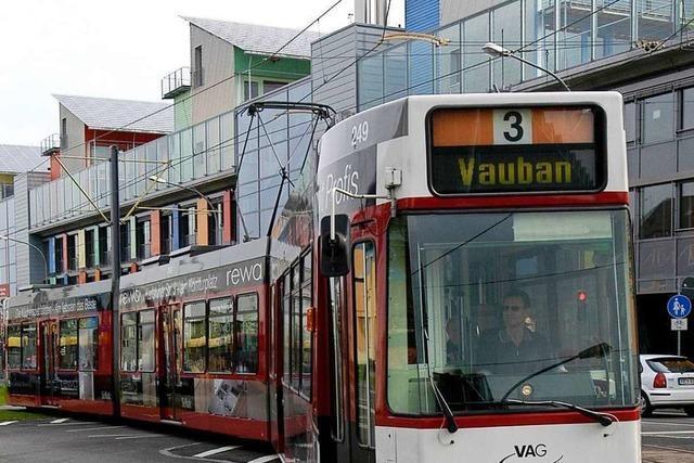 Straßenbahn bleibt liegen – und wird nach einer Stunde von anderer Tram abgeschleppt