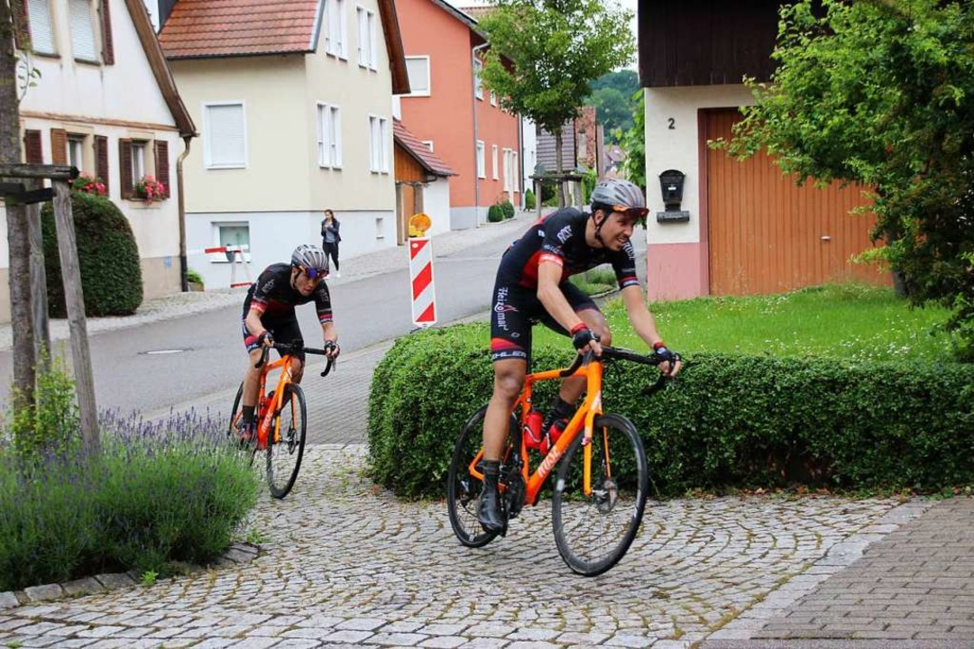 Der enge Kurs auch über nasses Pflaste...den Radsportlern einiges an können ab.  | Foto: Mario Schöneberg