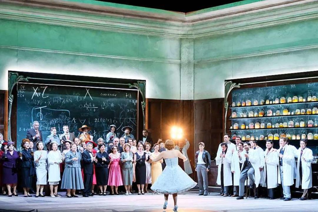 Hier wird aus dem Bistro ein wissensch...ett: Ensembleszene aus dem Olympia-Akt  | Foto: falk von traubenberg
