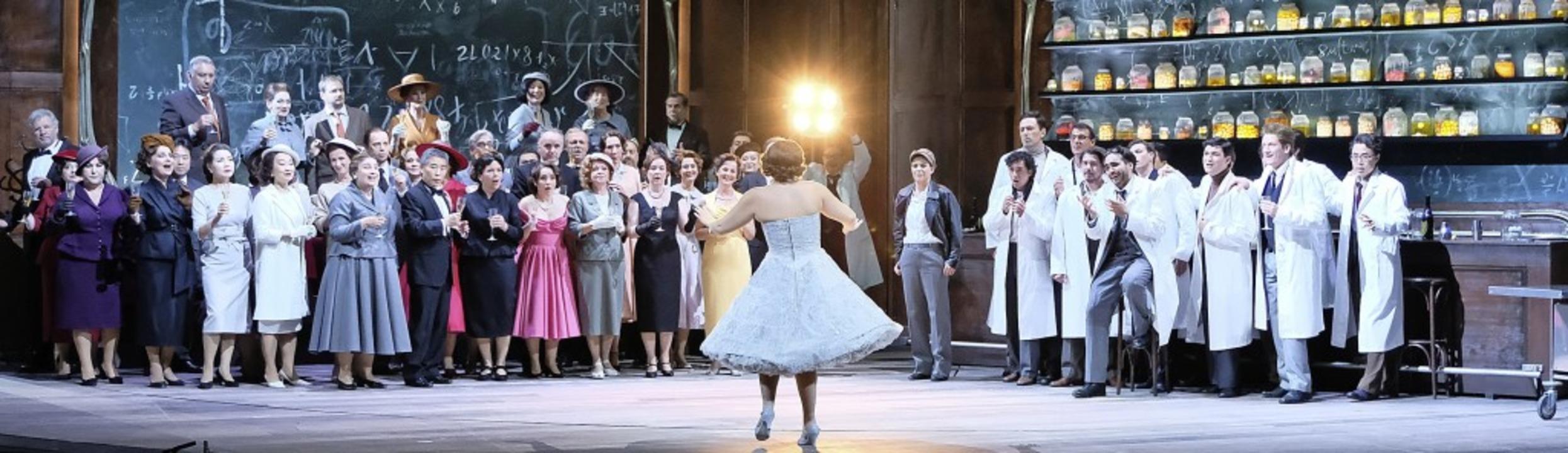 Hier wird aus dem Bistro ein wissensch...tt: Ensembleszene aus dem Olympia-Akt   | Foto: falk von traubenberg