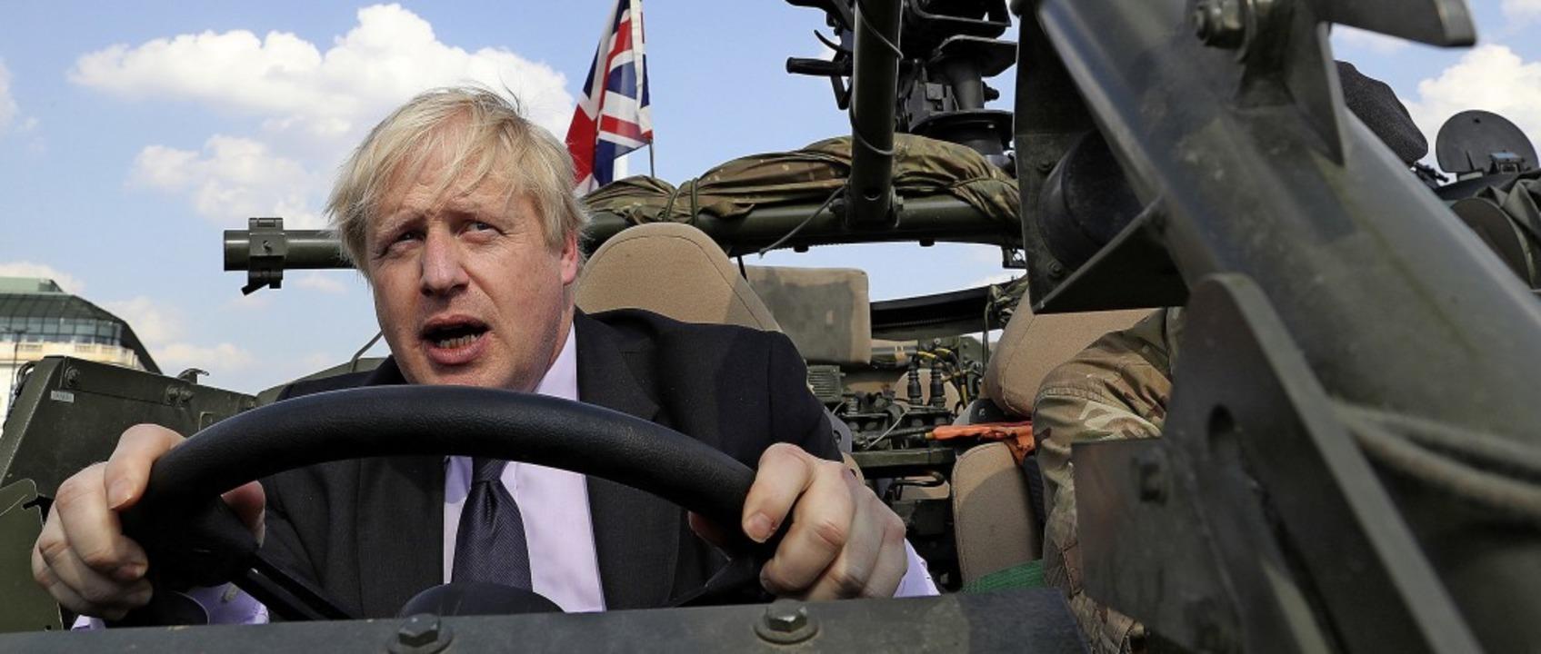 Favorit Boris Johnson, damals Außenmin...such in Polen in einem Militärfahrzeug  | Foto: Czarek Sokolowski