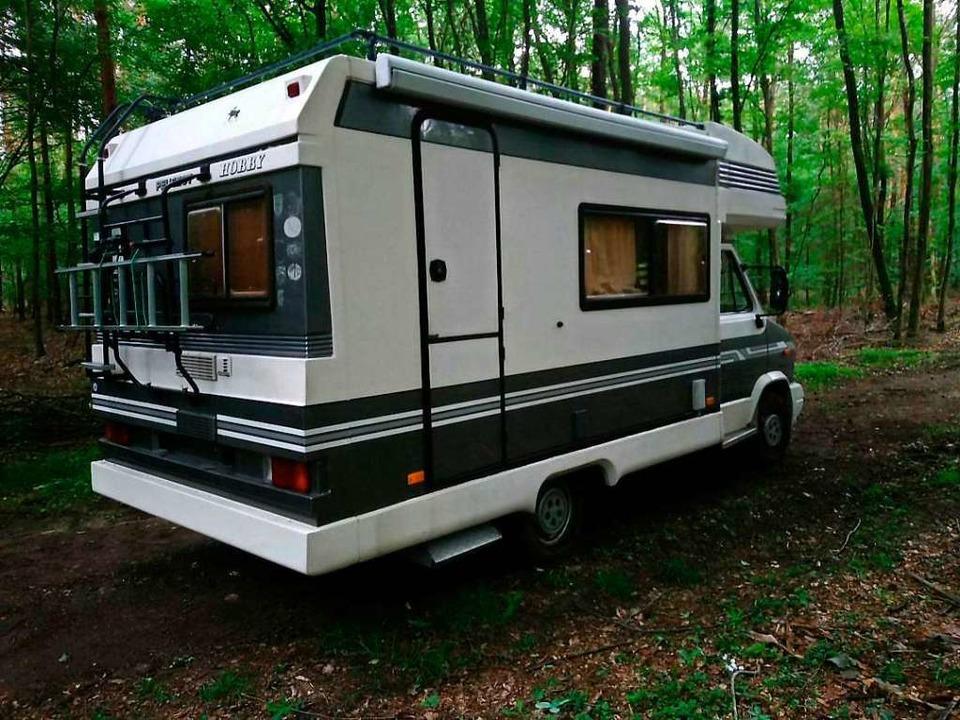Dieses Wohnmobil wurde bei der Tat ben...im Wald gefunden – festgefahren.  | Foto: - (dpa)