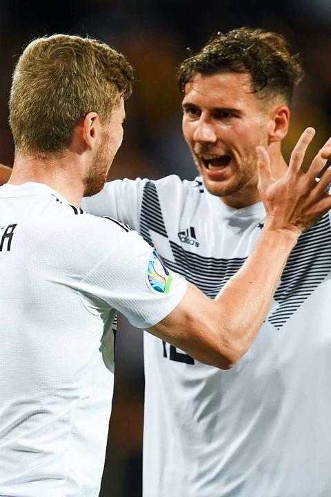 Timo Werner (links) und Leon Goretzka freuen sich über den  Treffer zum 7:0.  | Foto: Arne Dedert (dpa)