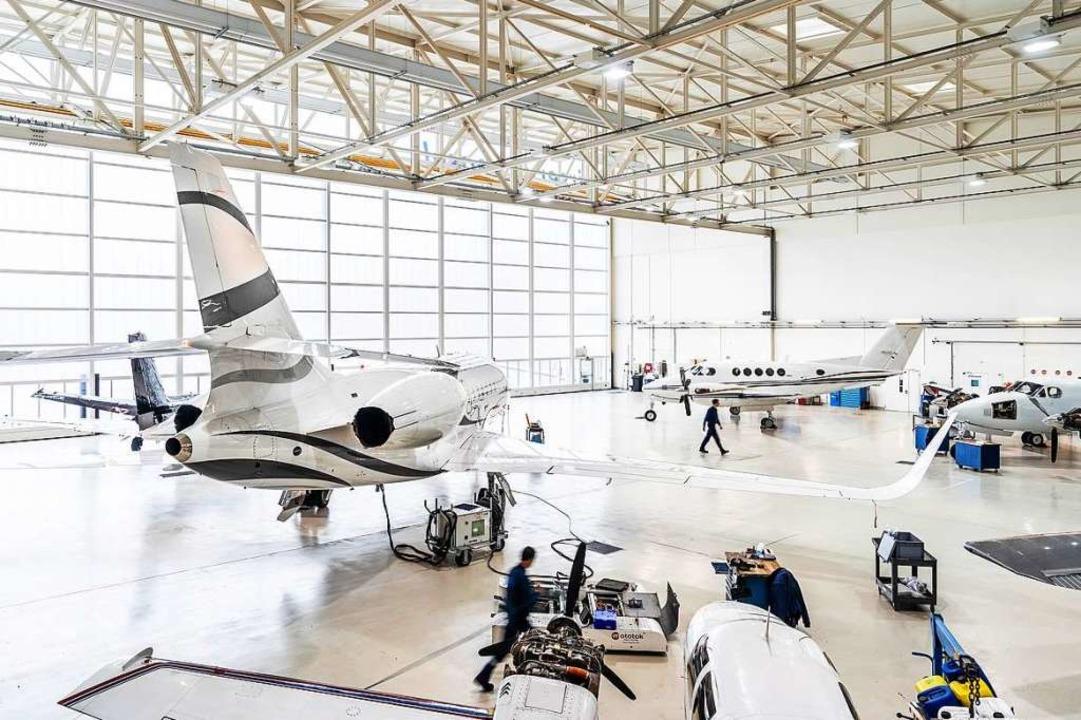 In den Hallen der Air Service Basel werden die Flugzeuge geparkt.  | Foto: Christoph Körner