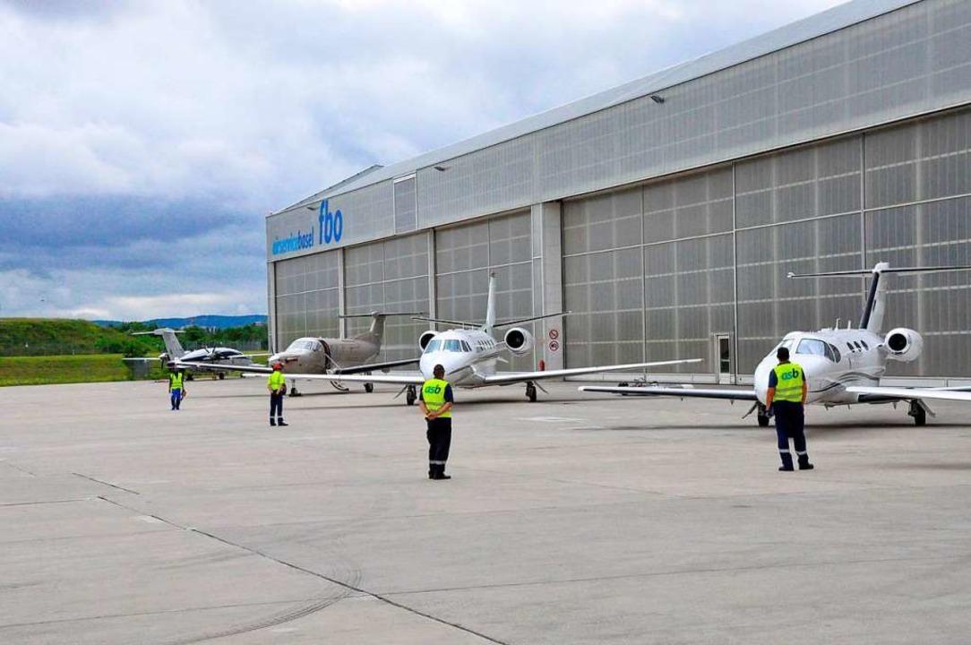 Auf dem Vorfeld des Air Service Basel ...sfliegerei am Euroairport Hochbetrieb.  | Foto: Christoph Körner
