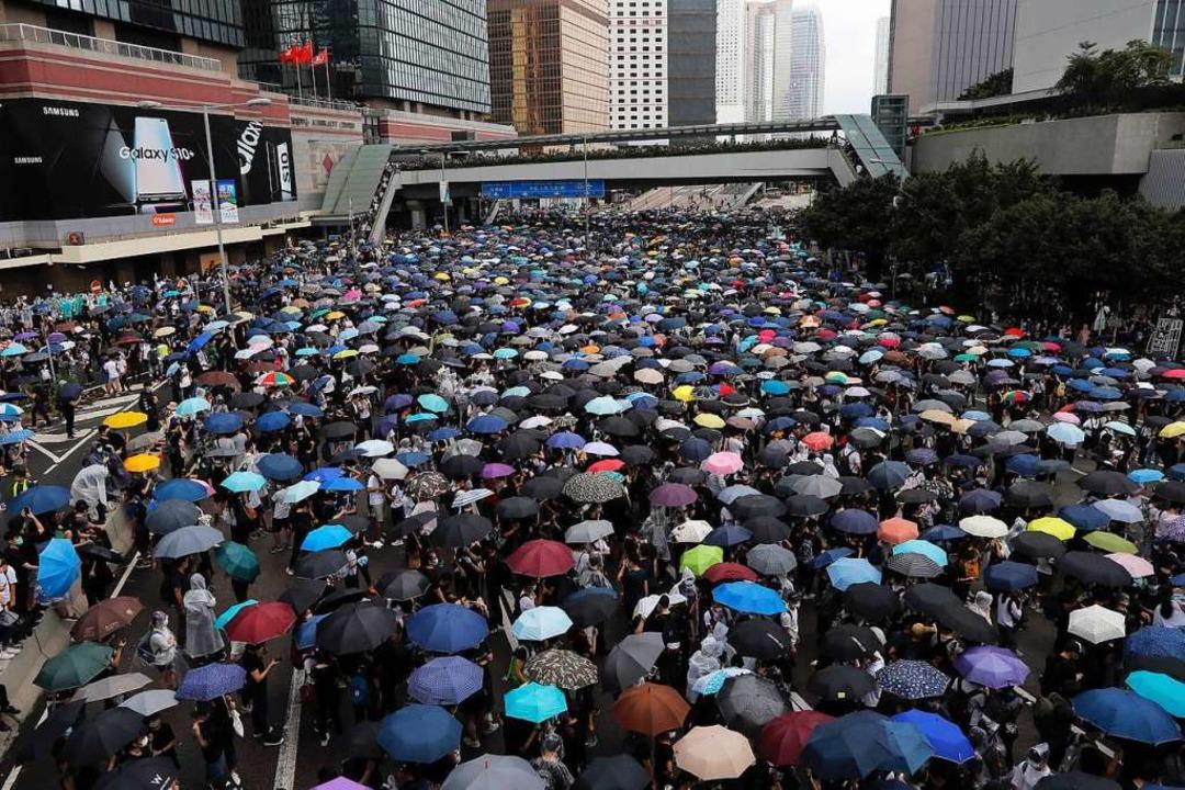 Massenprotest mit Regenschirmen in Hongkong  | Foto: Kin Cheung (dpa)