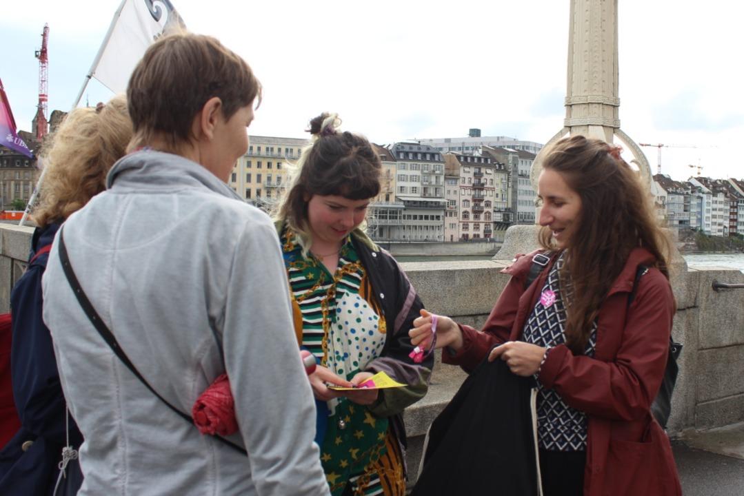 Meret Gfeller (rechts) verteilt auf de...lyer für den Frauenstreik am 14. Juni.  | Foto: Joshua Kocher