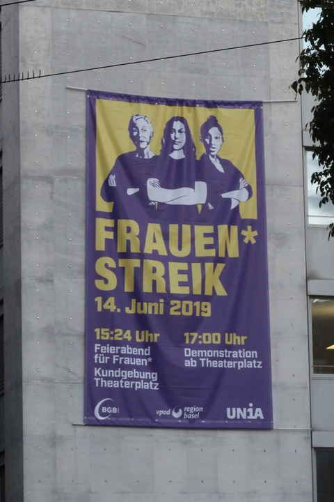 Plakate und Fahnen in Basel kündigen den Streik am 14. Juni an.  | Foto: Joshua Kocher