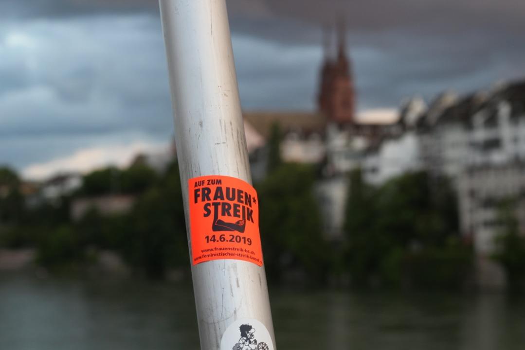Aufkleber  in Basel kündigen den Streik am 14. Juni an.  | Foto: Joshua Kocher
